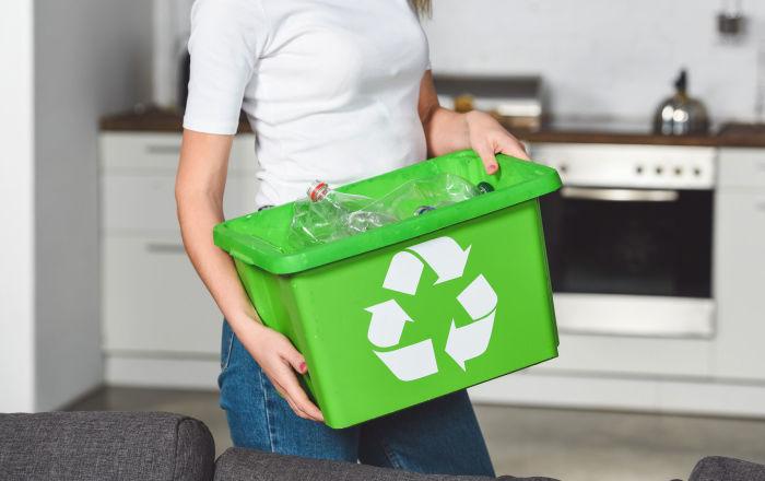 wyrzuca odpady plastikowe